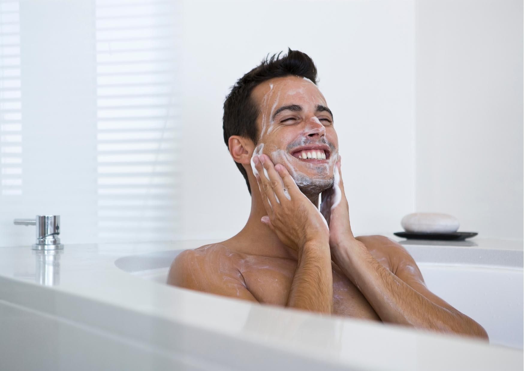 người đàn ông rửa mặt