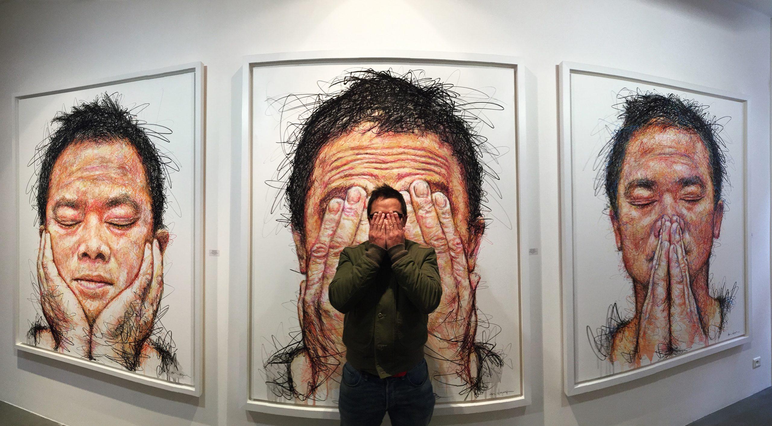 Hom Nguyen và 3 bức chân dung tự họa bản thân trong BST Hidden tại triển lãm ở Bali (Indonesia).