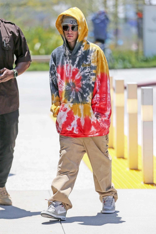Justin Bieber cùng một thiết kế hoodie hoạ tiết tie dye đến từ chính thương hiệu Drew của anh