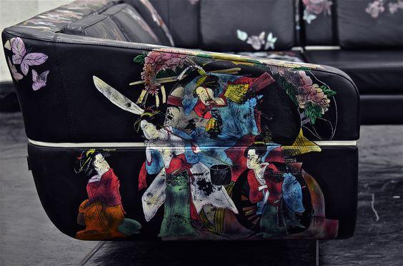Kỹ năng xăm khi học ở Tokyo đã giúp Hom Nguyen biến những vật dụng quen thuộc như Sofa trở thành một tác phẩm độc đáo.