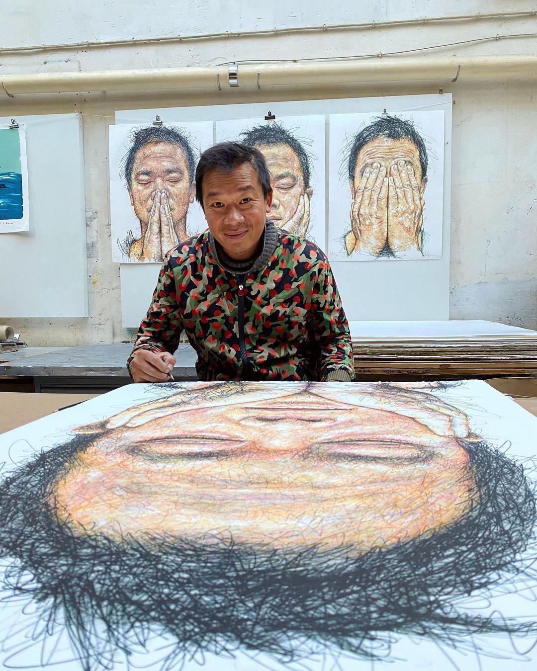 Hom Nguyen và BST Hidden gồm 3 bức tự họa chính bản thân.