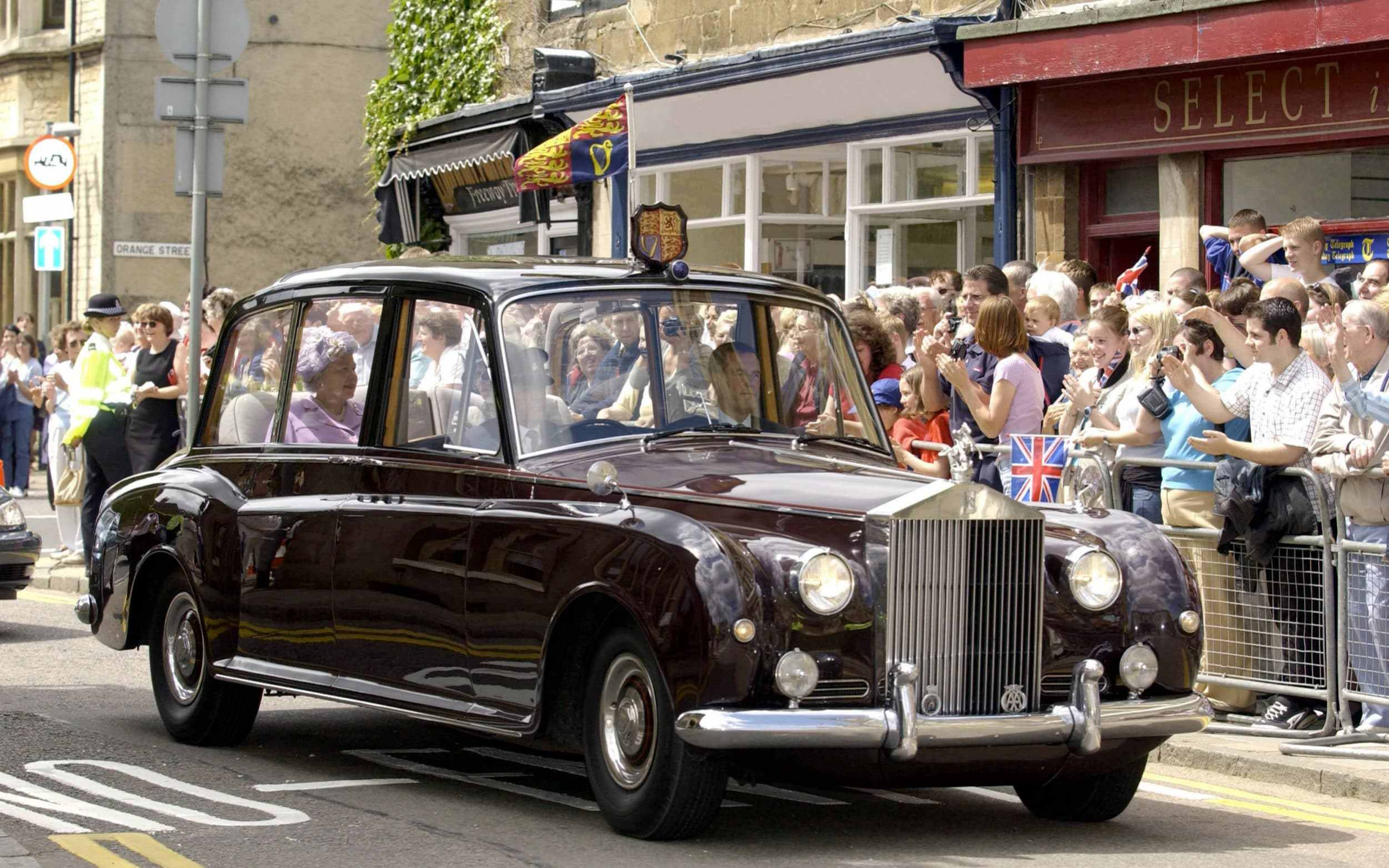 nữ hoàng Elizabeth ngồi trong Rolls Royce Phantom IV