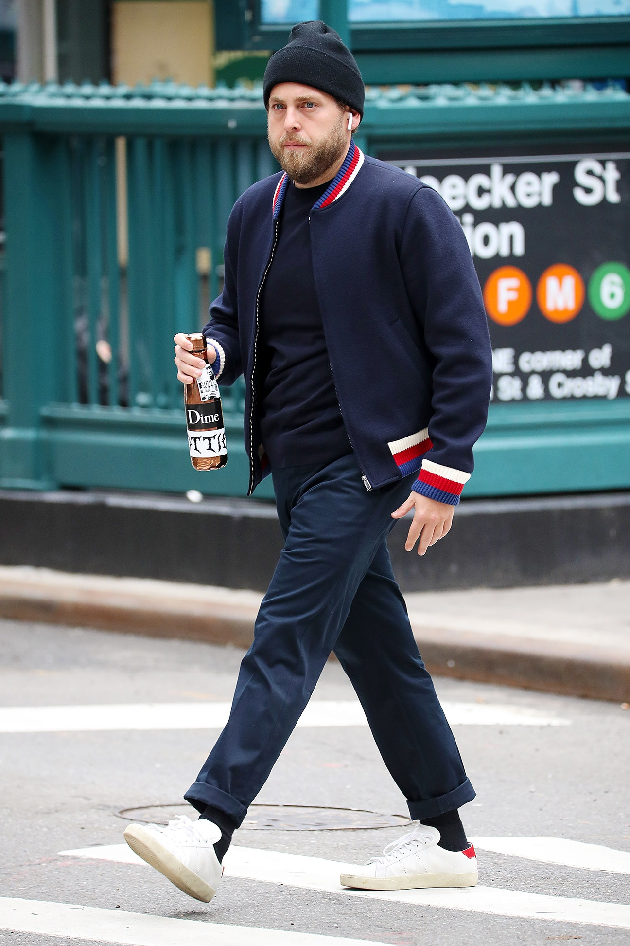 Bộ outfit sang chảnh với áo khoác Gucci và giày sneaker Saint Laurent của Jonah Hill