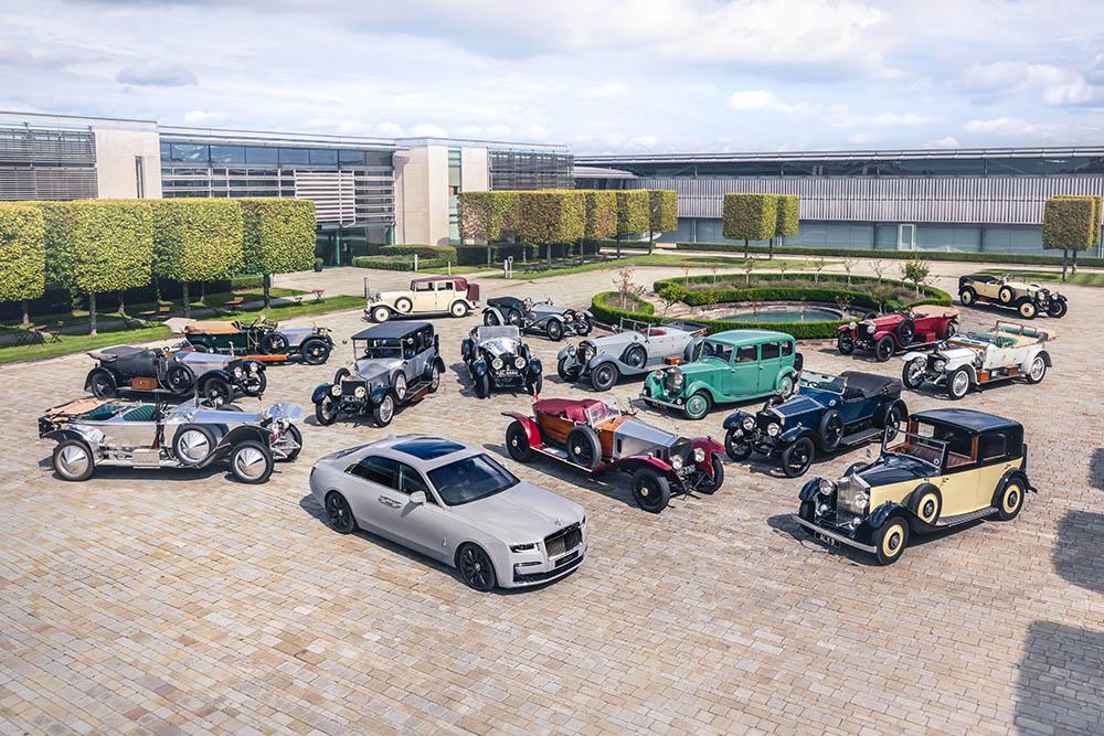 Dàn xe cổ Rolls-Royce bao quanh chiếc New Ghost 2020, là một buổi triển lãm của các thiết kế từ trước của thương hiệu để chào mừng sự ra mắt của thành viên mới trong gia đình.