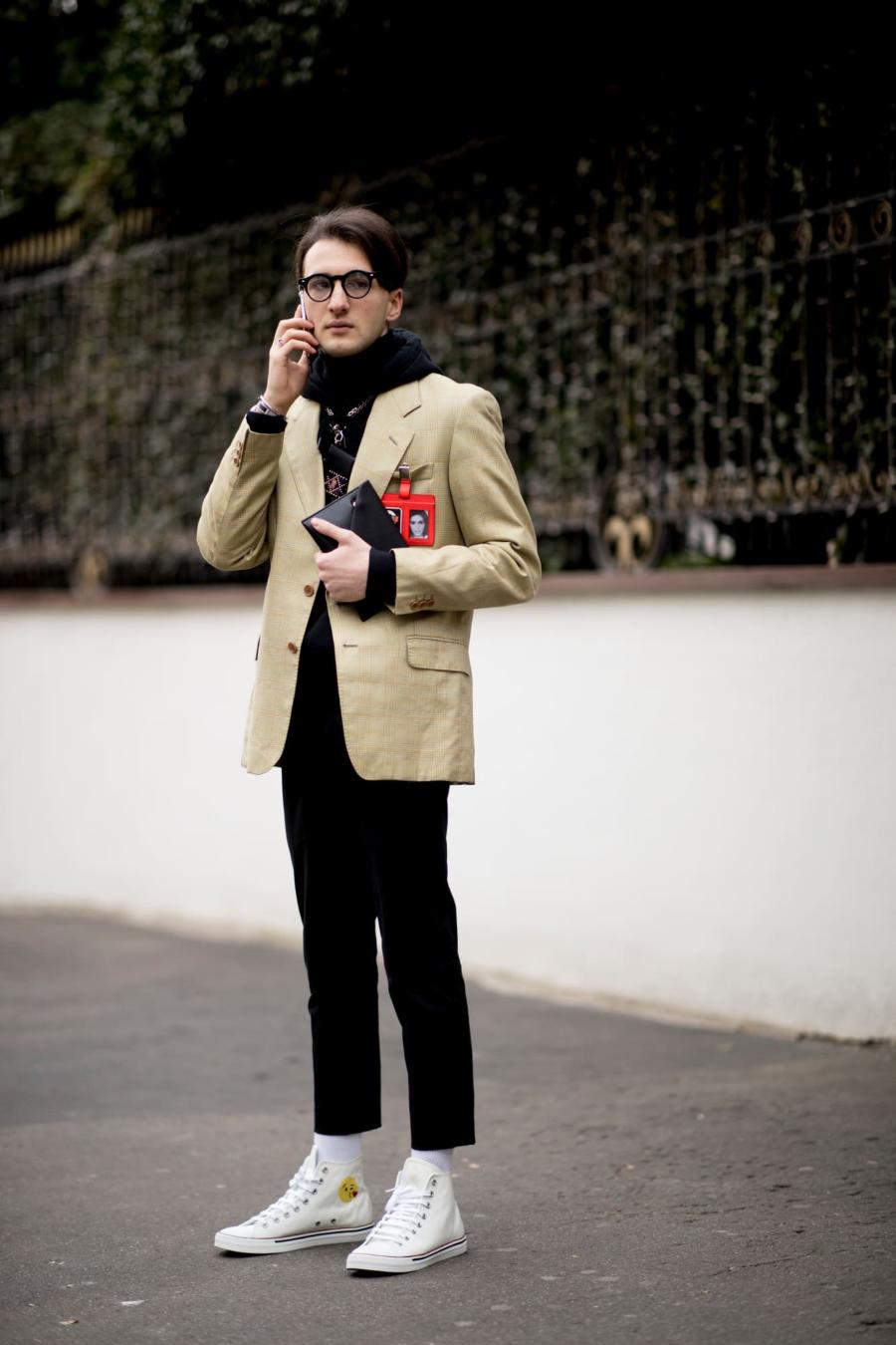 người đàn ông đi trên phối mặc áo blazer