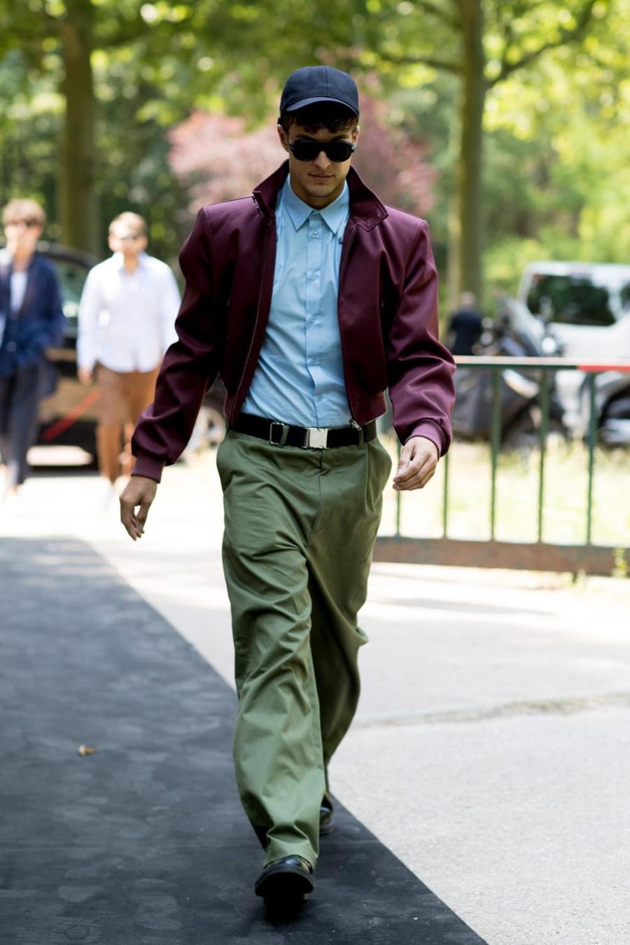quần xanh olive diện trên phố