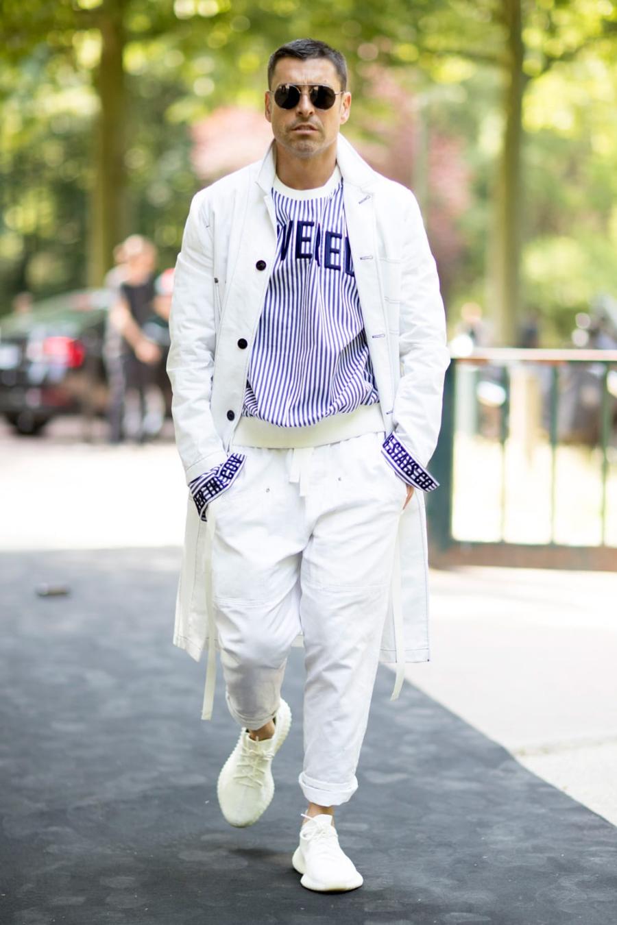 quần kaki màu trắng được diện trên phố