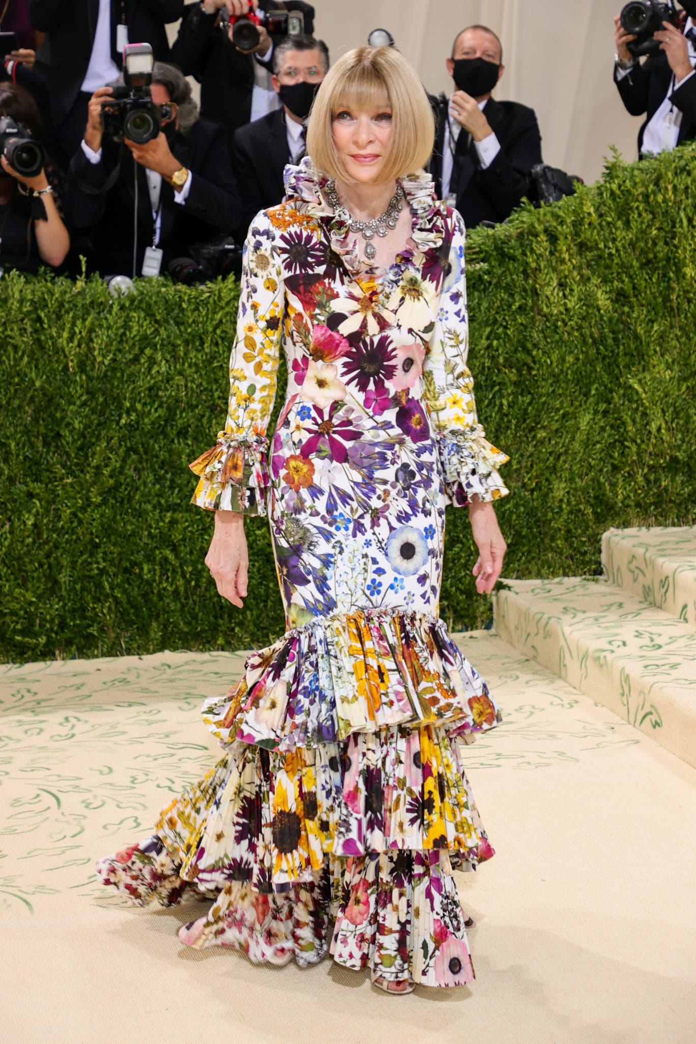 Chủ biên quyền lực của Vogue - Anna Wintour trong trang phục váy dài xếp ly tầng điệu đà của Oscar De La Renta.