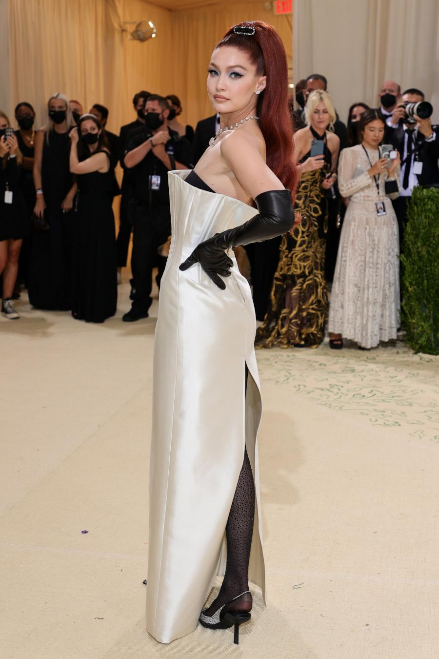 Gigi Hadid sang trọng và cổ điển trong bộ cánh của Prada