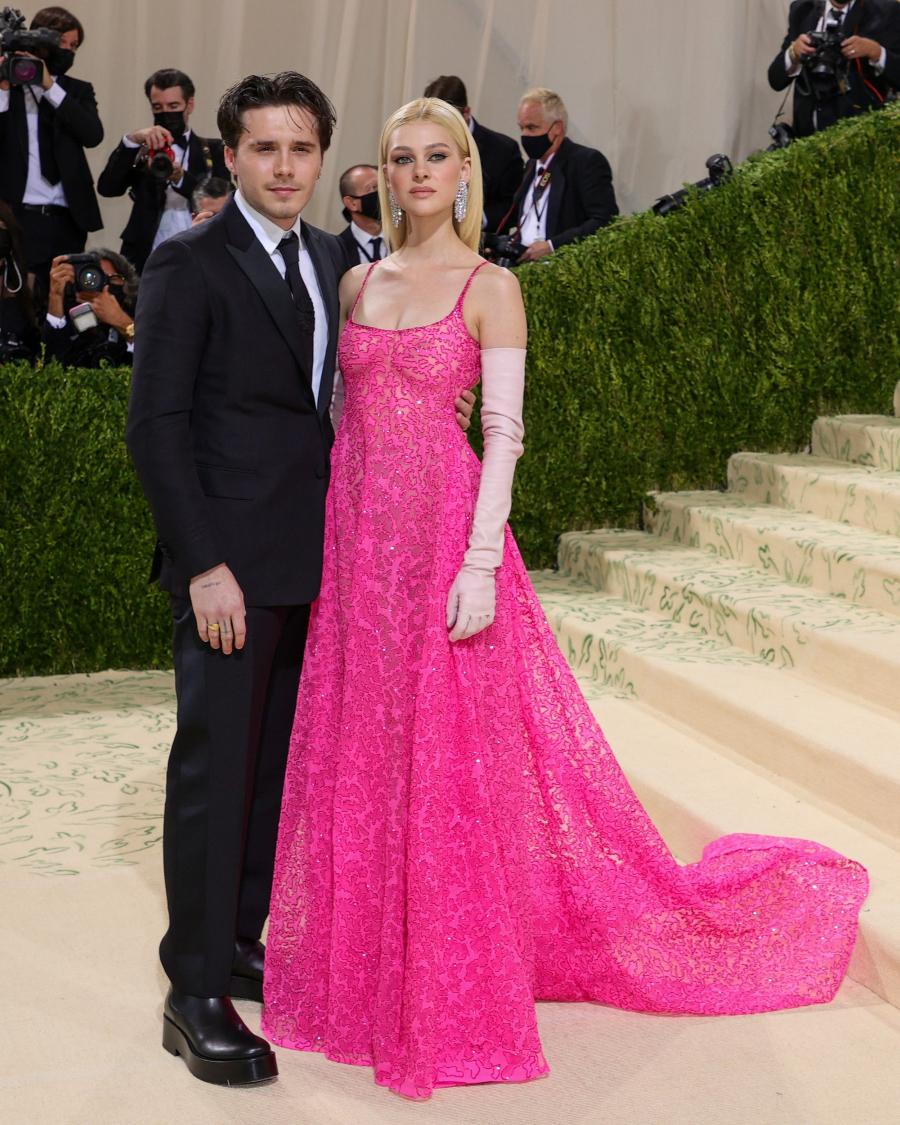 Cặp đôi Brooklyn Beckham và Nicola Peltz tình tứ trên thảm đỏ, Nicola diện váy Haute Couture của Valentino
