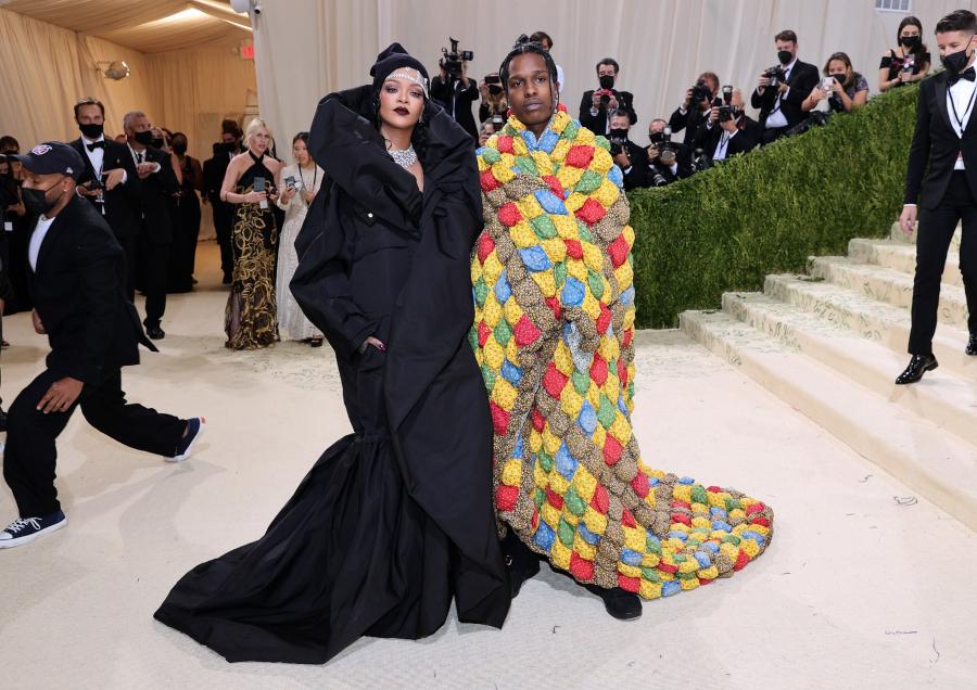 Rihanna và Asap Rocky chính thức lộ diện với thời trang kín mít thuộc BST Couture 2021 của Balenciaga