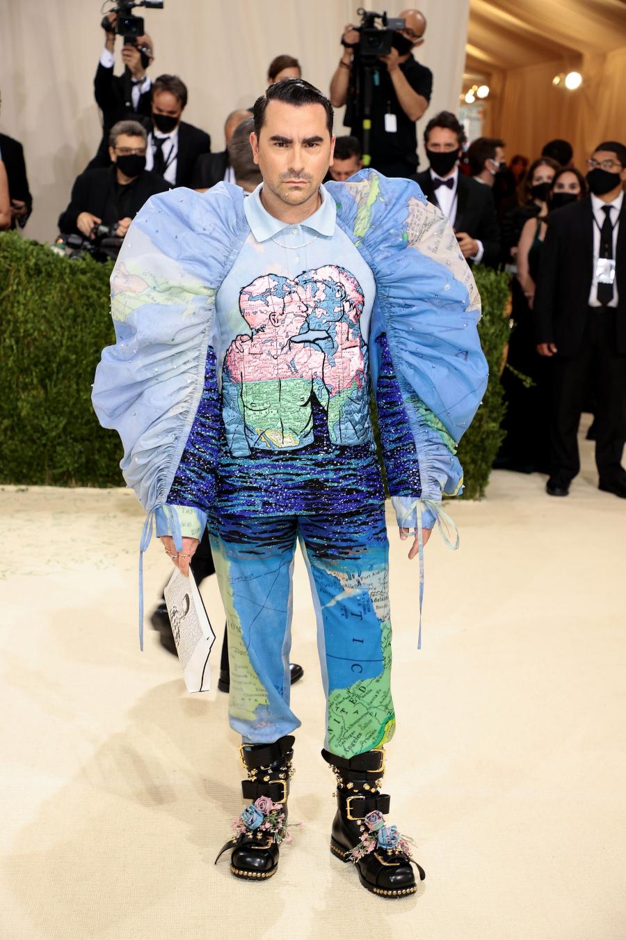 Dan Levy diện trang phục Loewe met gala