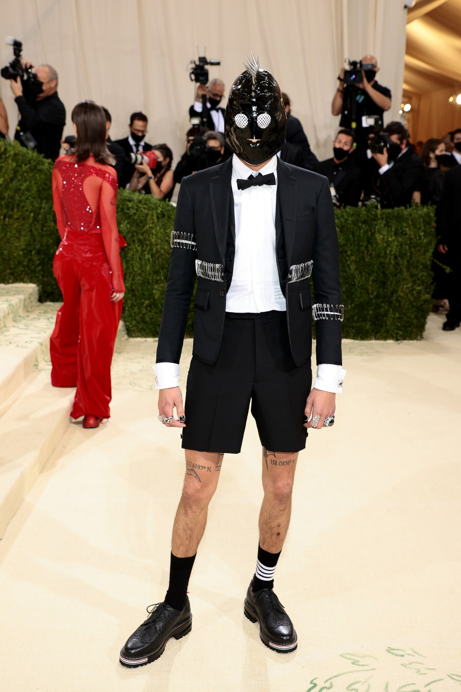 Evan Mock trong trang phục của Thom Browne met gala 2021