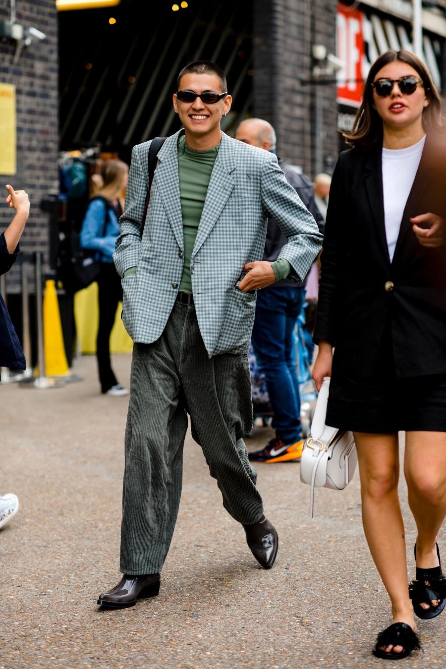 Kết hợp áo thun tay dài cùng với vest hoặc blazer