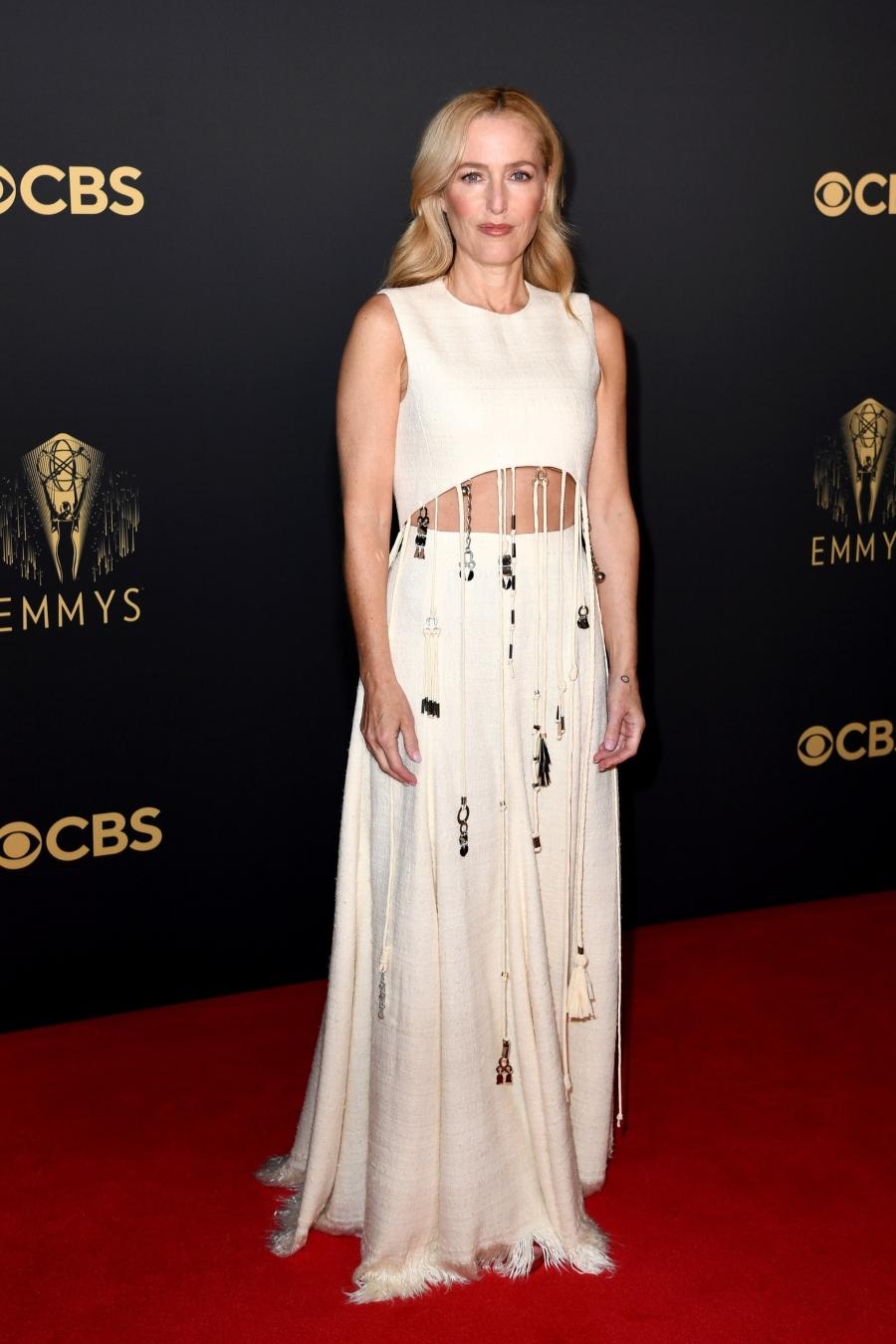 Nữ diễn viên 53 tuổi Gillian Anderson trẻ trung đáng kinh ngạc trong bộ váy của Chloe.